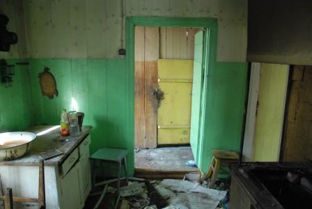 vaizdas iš virtuvės į koridorių